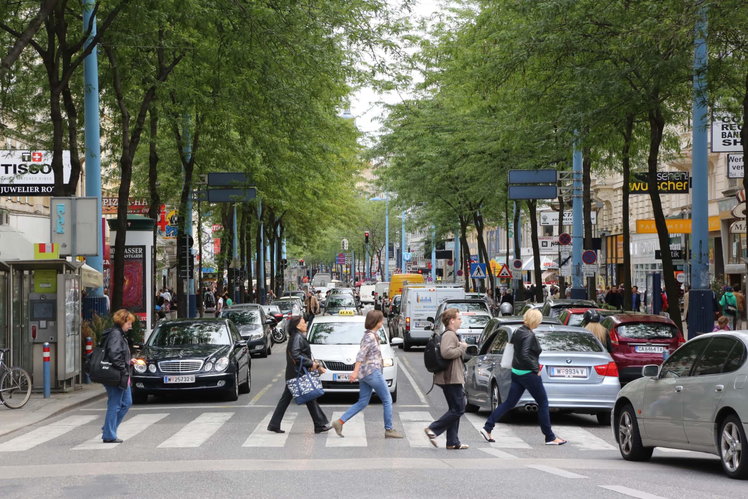 Menschen gehen über die Straße auf der alten Mariahilfer Straße.