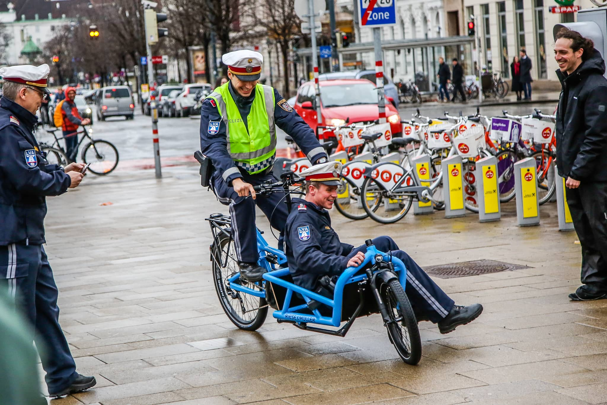 Zwei Polizisten nutzen ein Lastenrad.