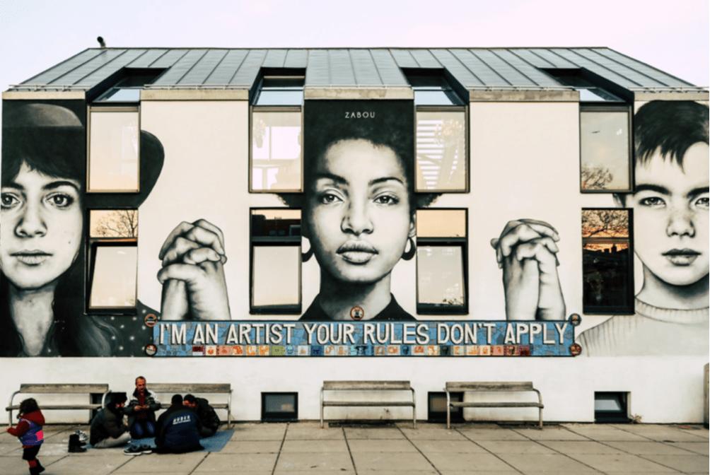 Graffiti an einer Wand.