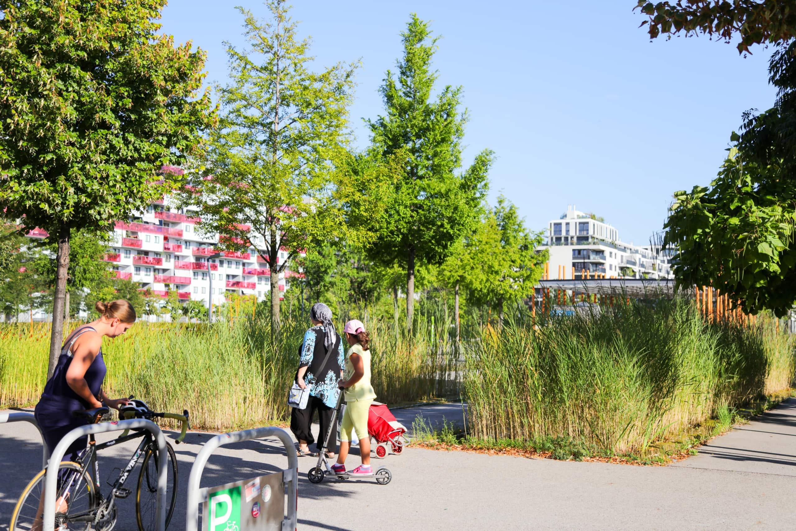 Menschen vor einer Grünanlage beim Bednerpark.