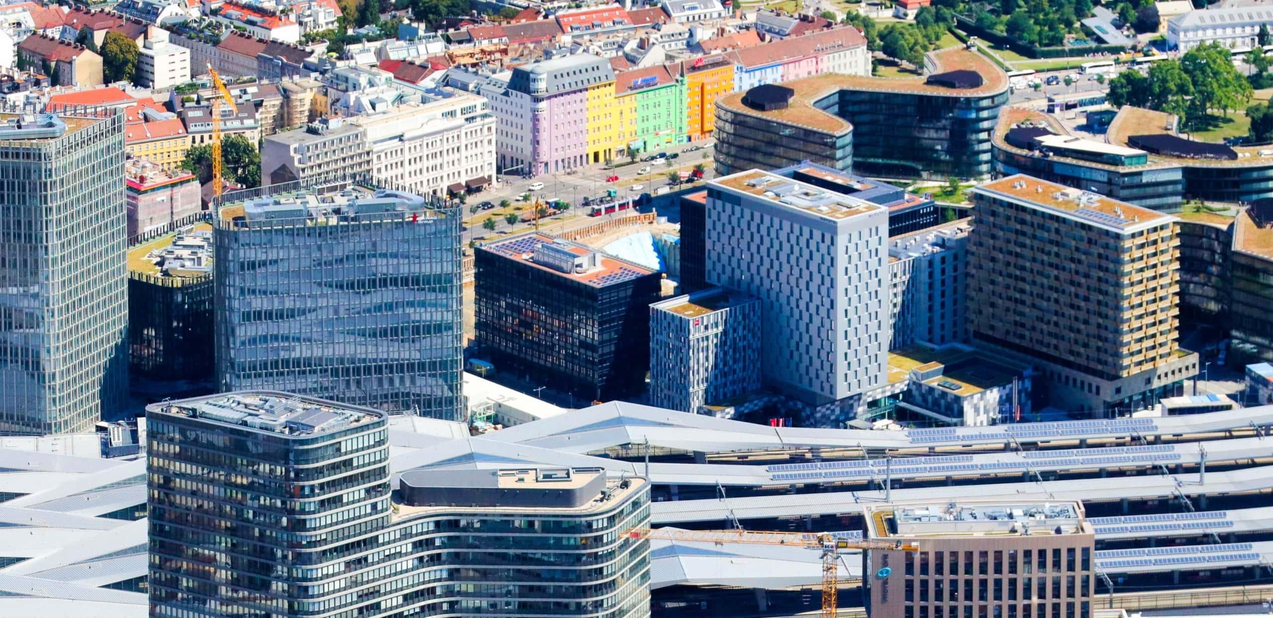 Luftaufnahme des neuen Hauptbahnhofes und des Sonnenwendviertels.
