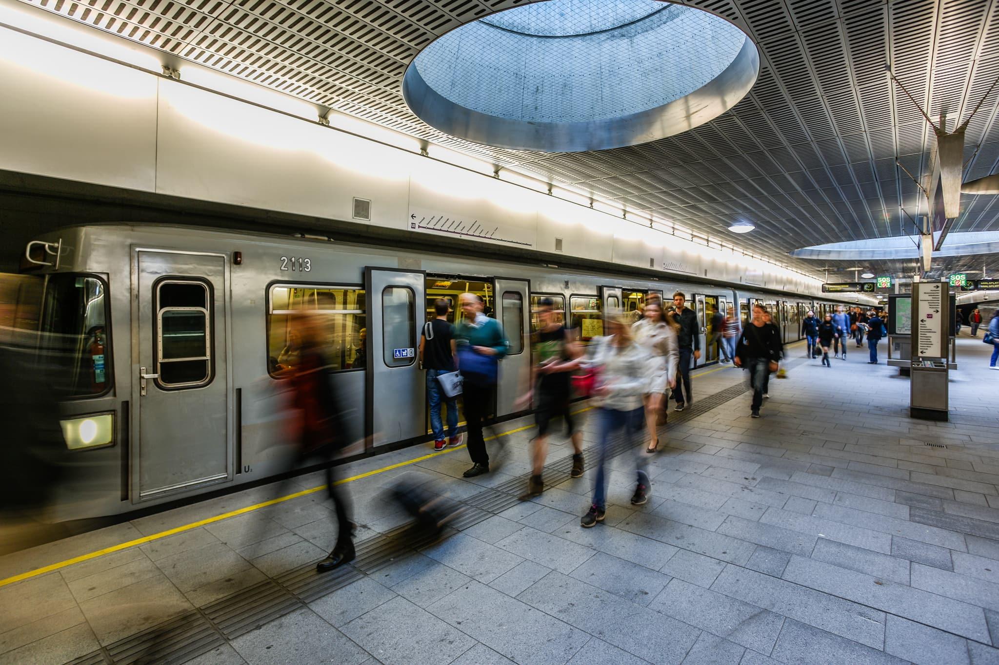 Menschen in der U-Bahnstation Messe Prater.
