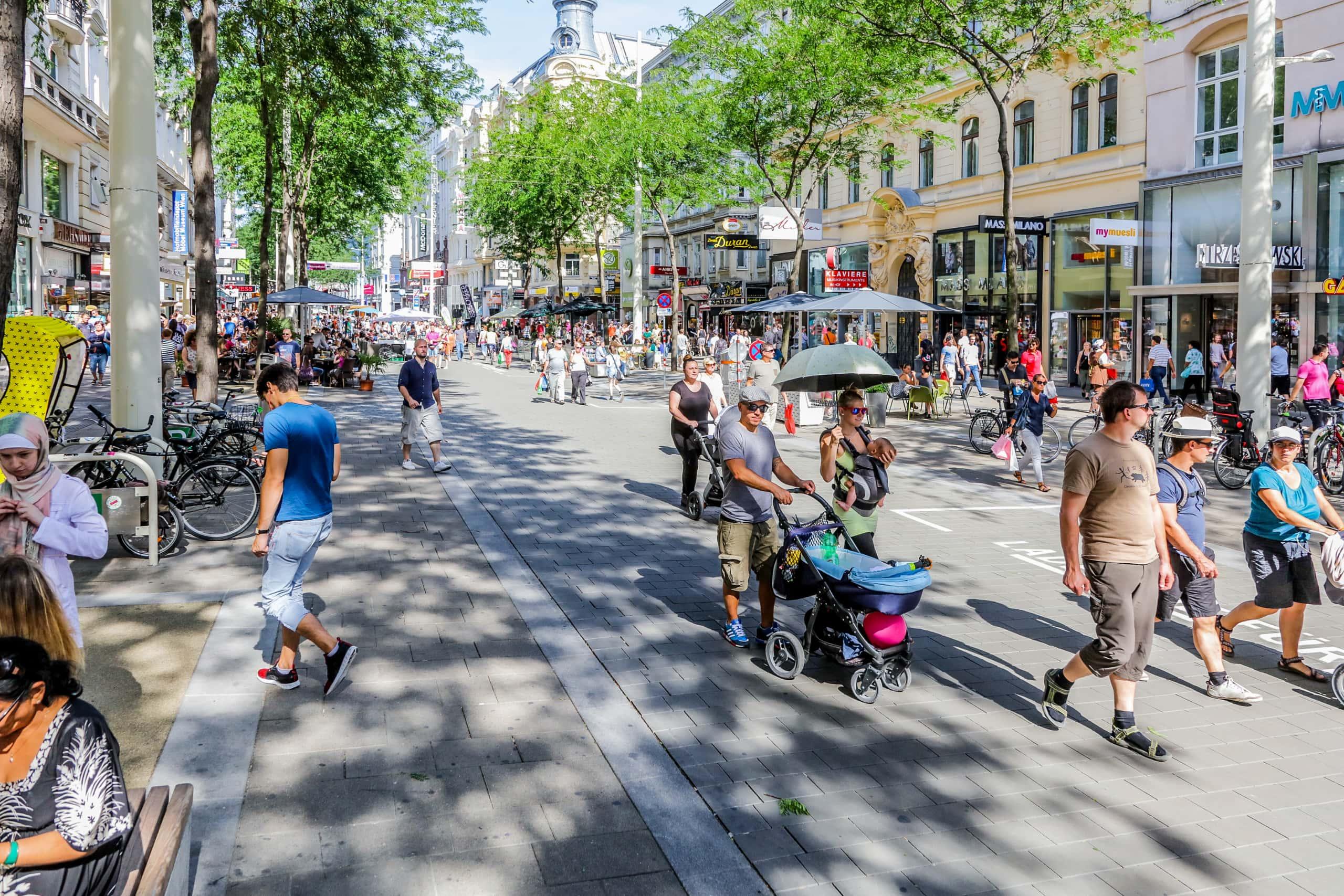 Menschen gehen über die neue Fußgängerzone auf der Mariahilferstrasse.