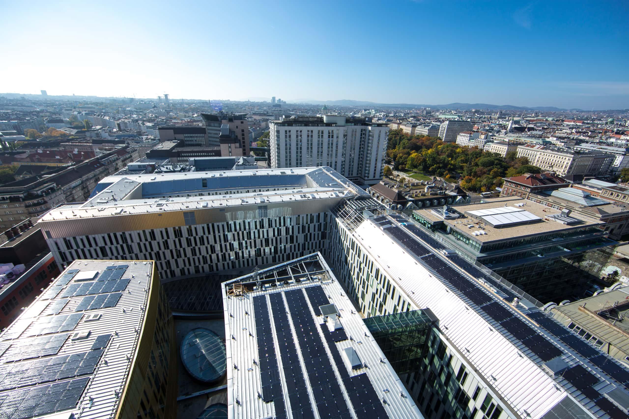 Solaranlage auf Dächern über Wien.