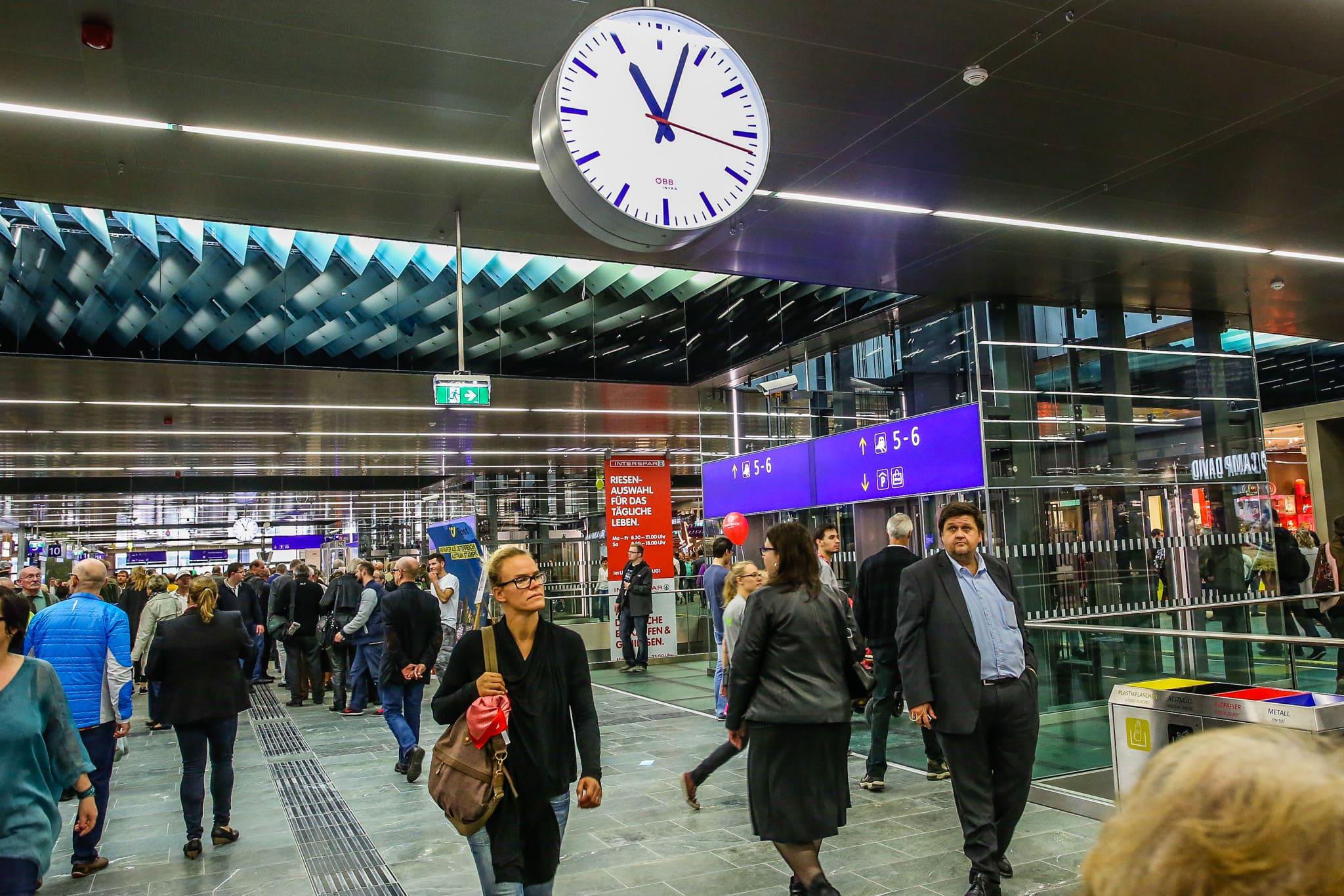 Menschen gehen am Hauptbahnhof zu ihren Zügen.