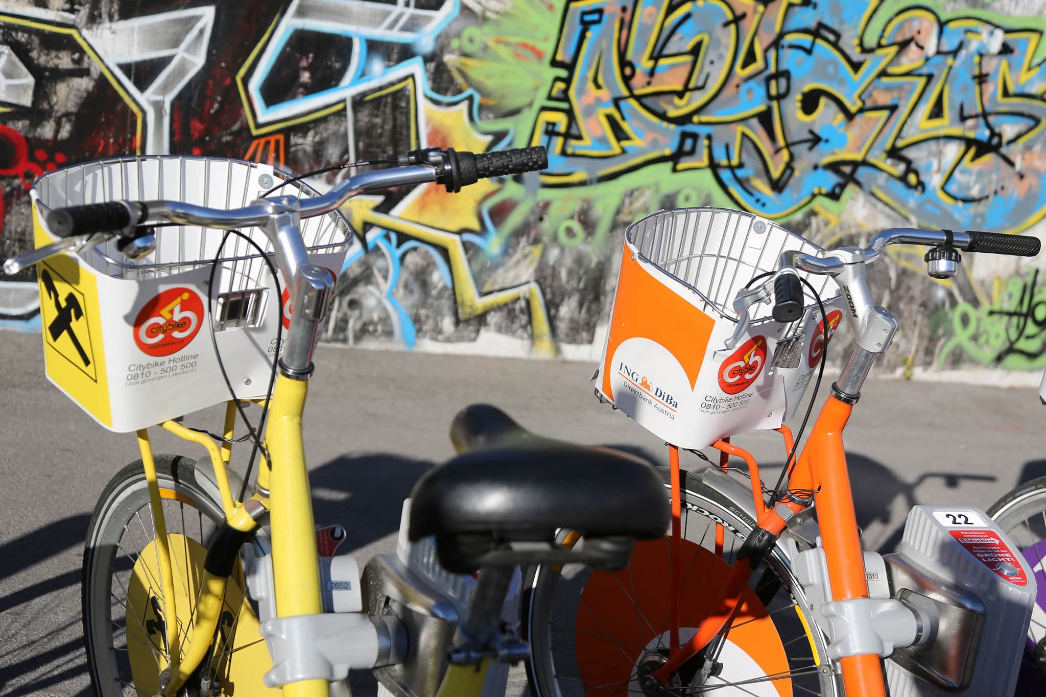 Leihräder stehen auf der Straße.