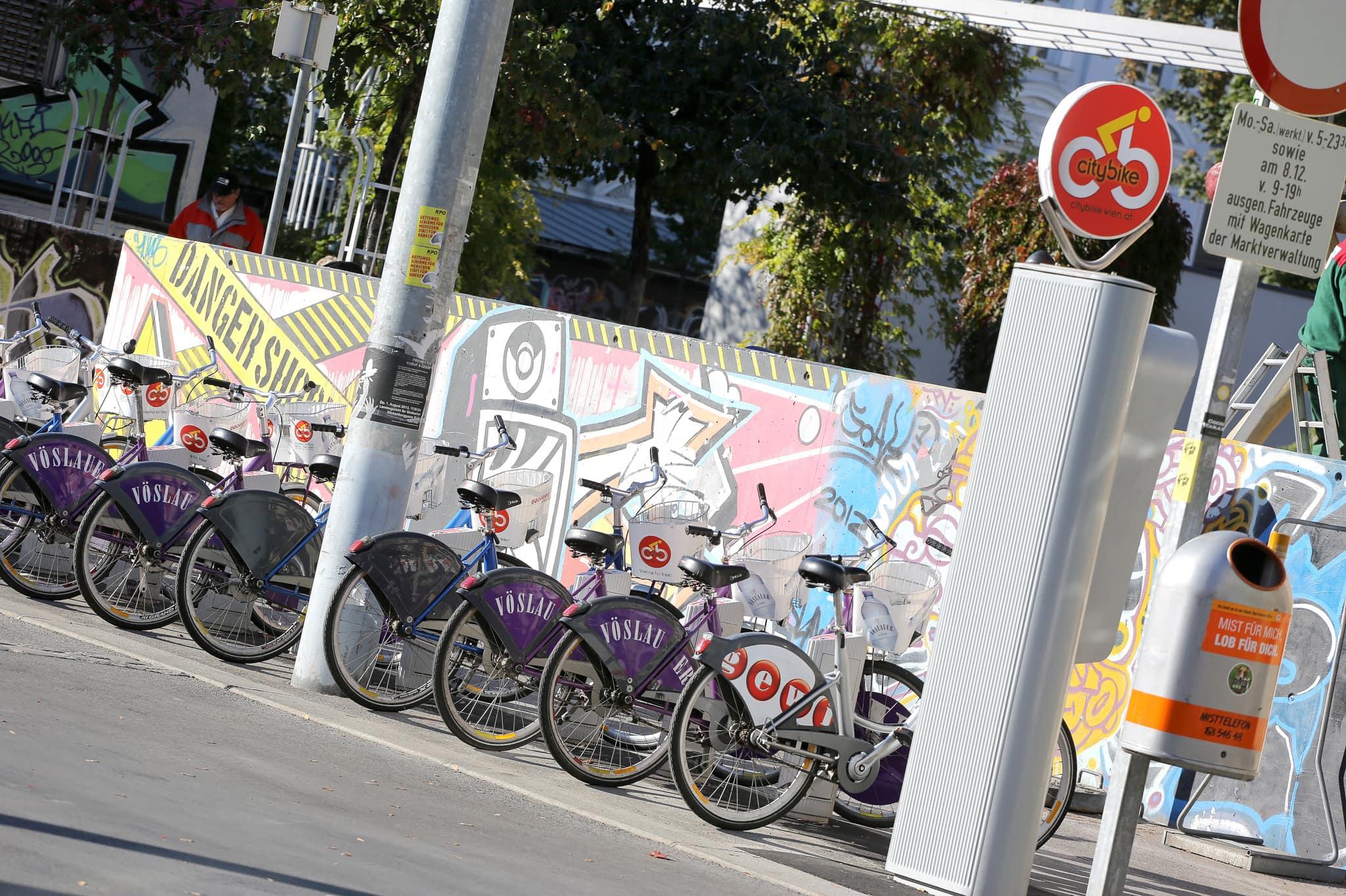 Räder stehen bei der City-Bike Mietstation.